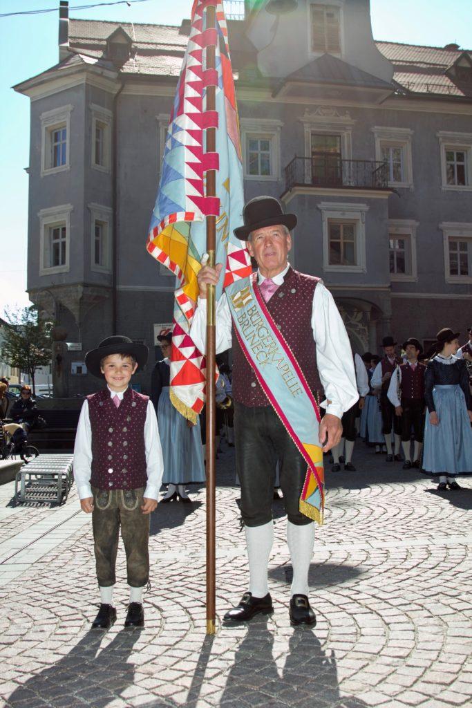 Stolz trägt er die Fahne unserer Kapelle - Alois Zingerle
